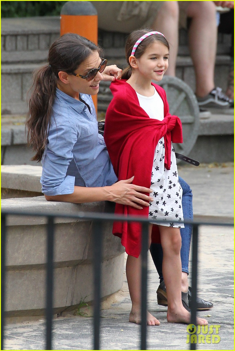 suri cruise katie holmes little red riding hood 02