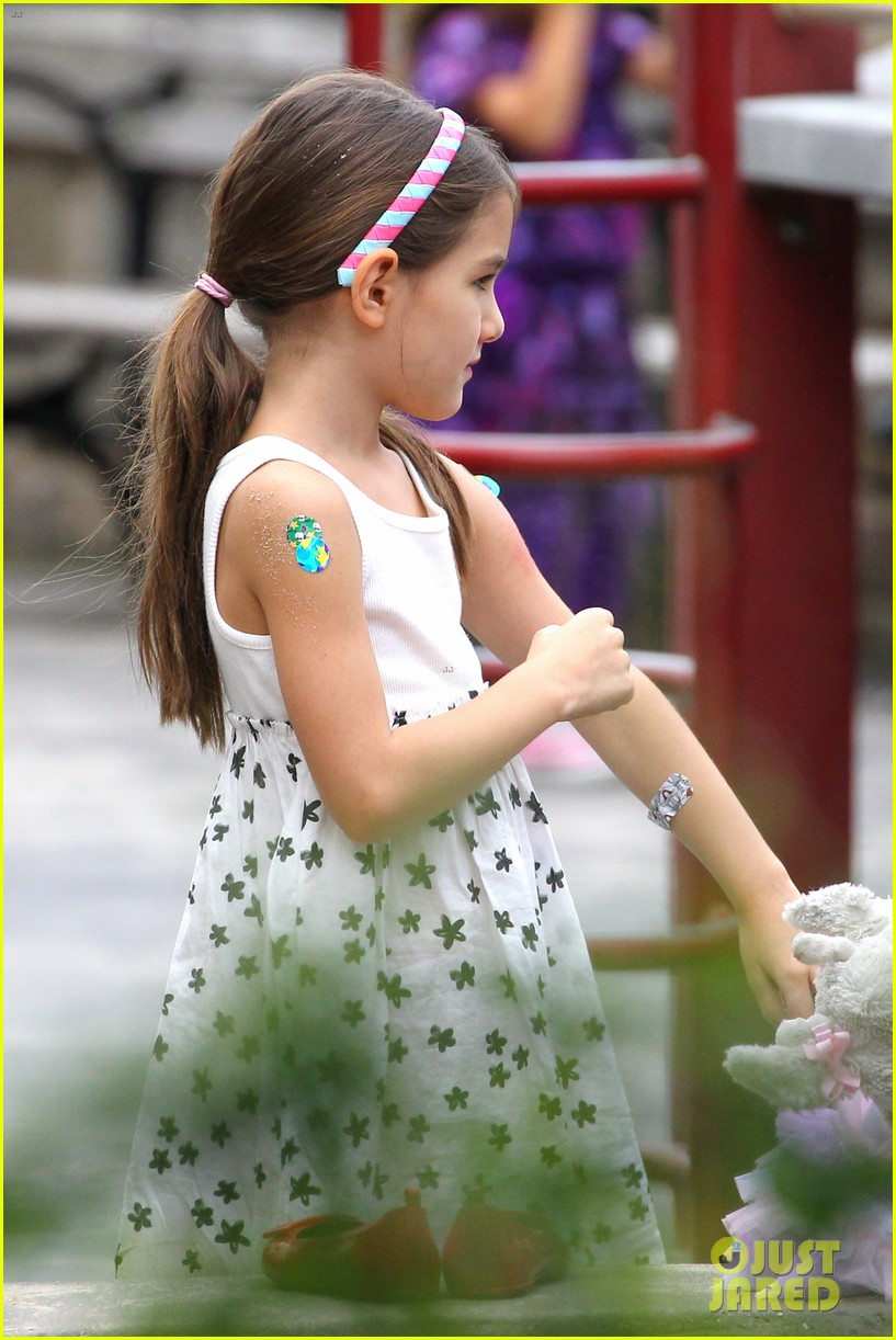 suri cruise katie holmes little red riding hood 112713565