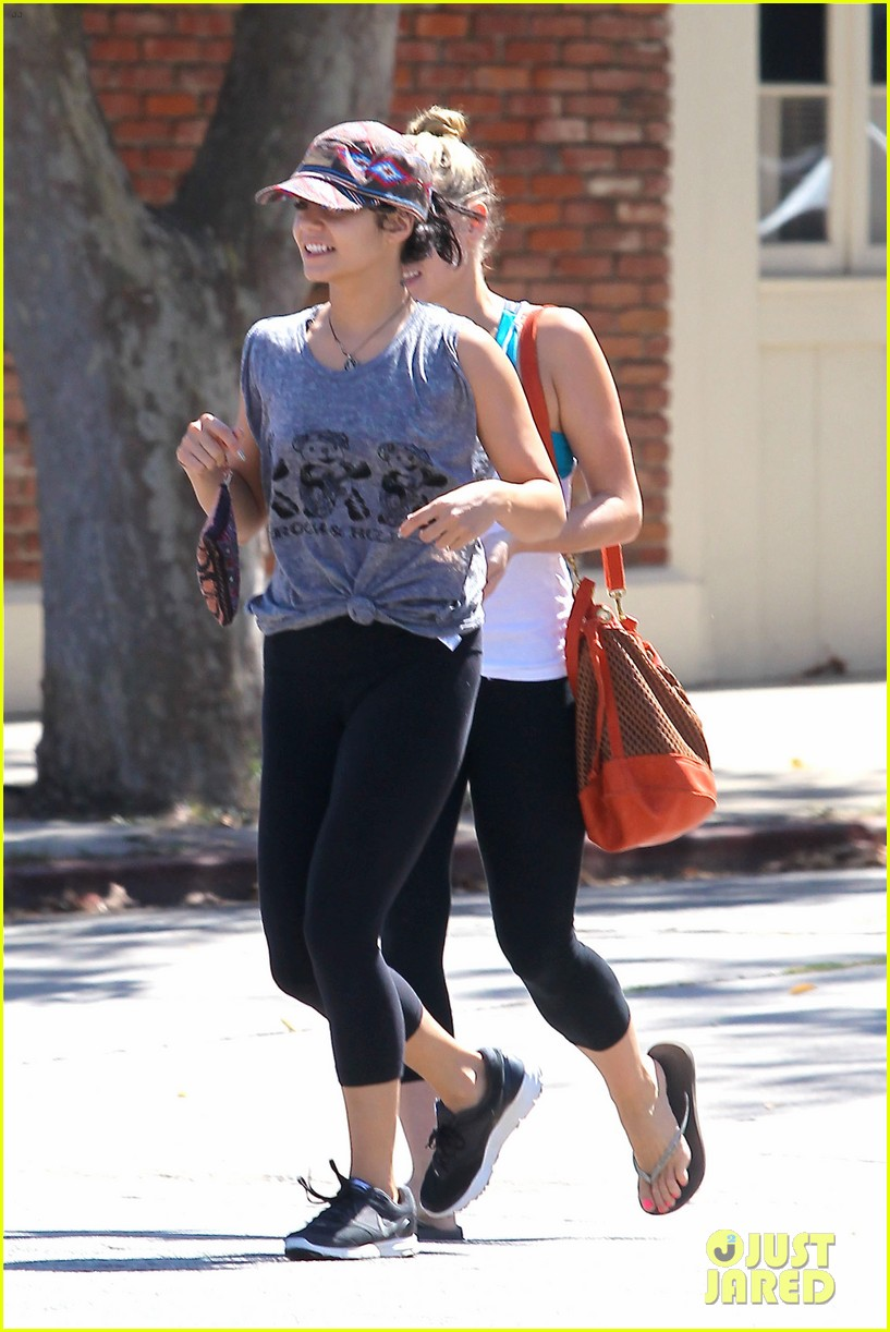 vanessa hudgens austin butler hang out with pals 01