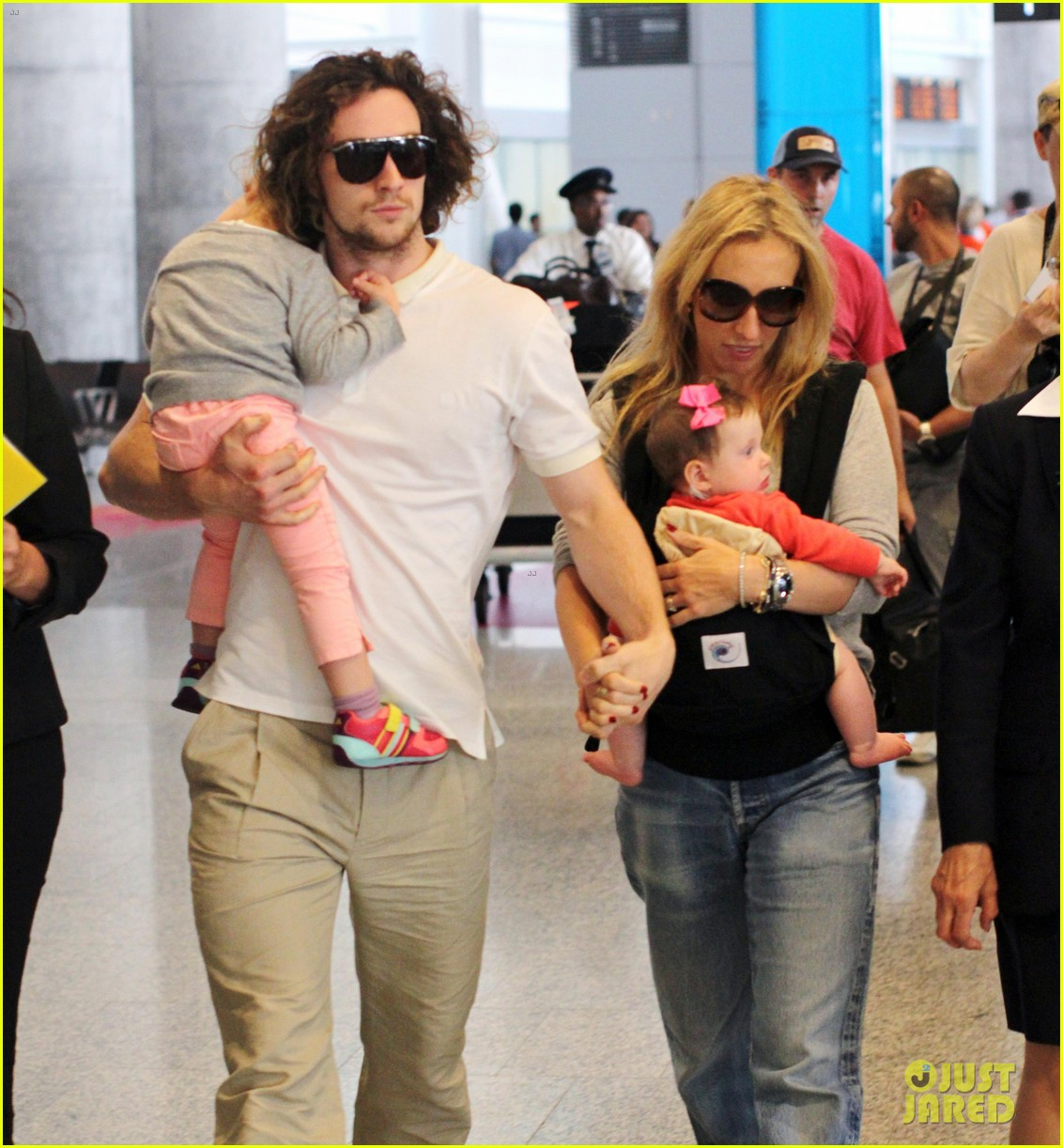 aaron taylor johnson airport with sam wylda rae romy hero 04