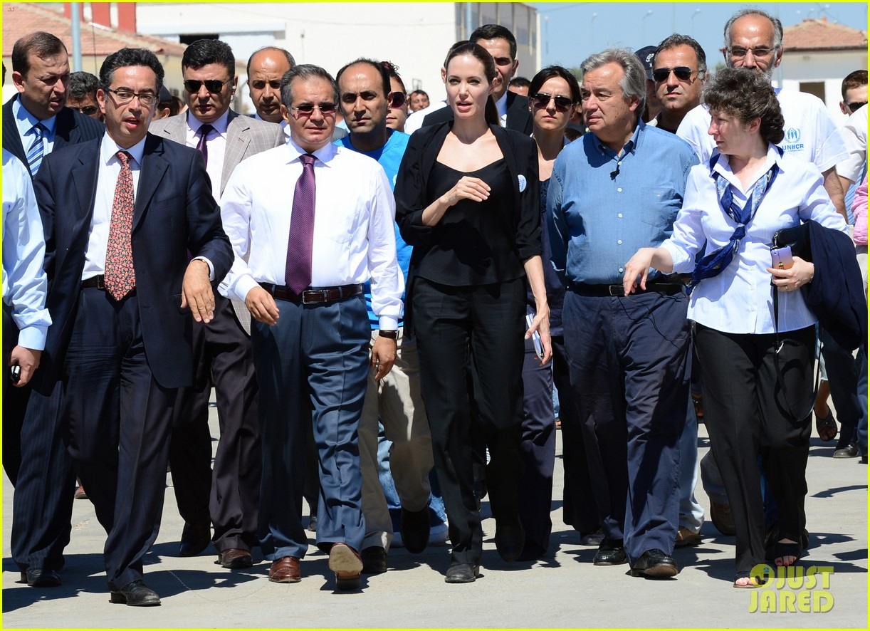 angelina jolie meets syrian refugee children in turkey 01