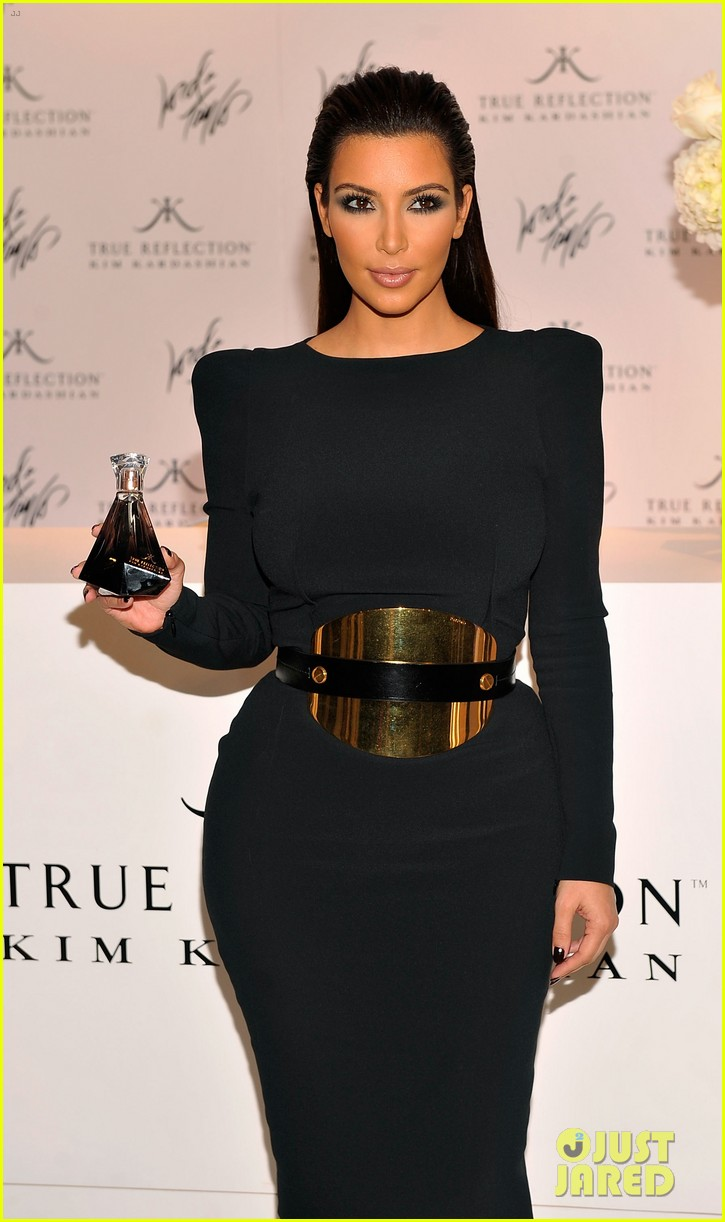 kim kardashian perfume signing for fashions night out 03