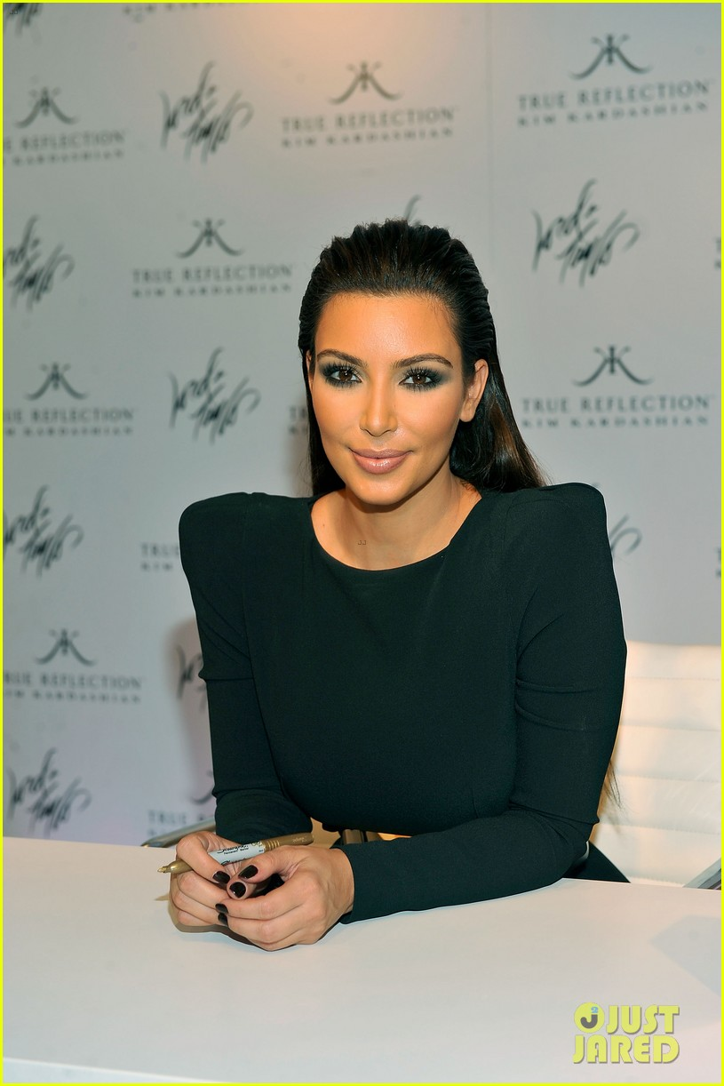 kim kardashian perfume signing for fashions night out 10