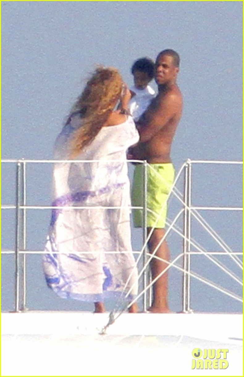 beyonce jay z france kisses with blue ivy 04