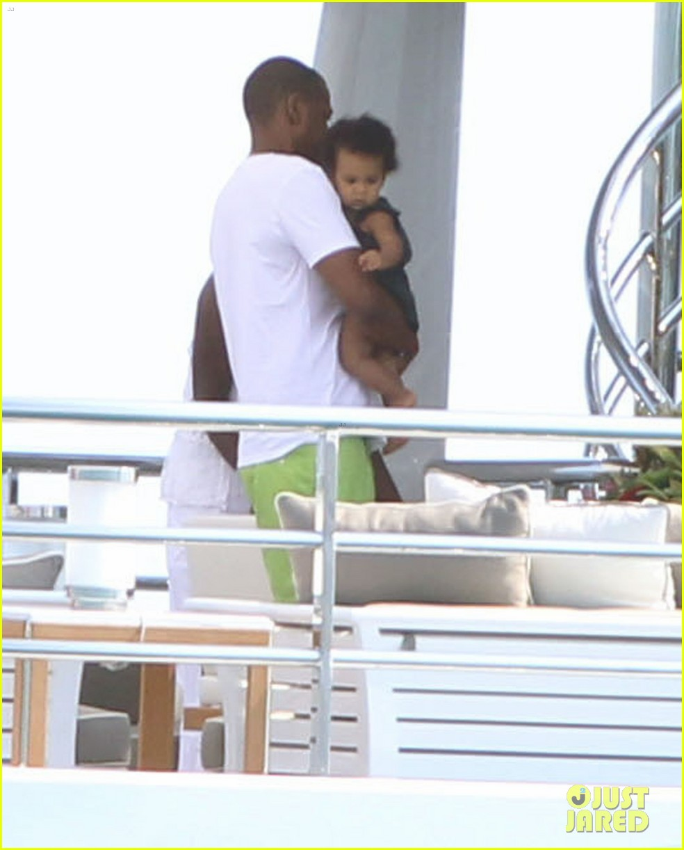 beyonce jay z france kisses with blue ivy 14