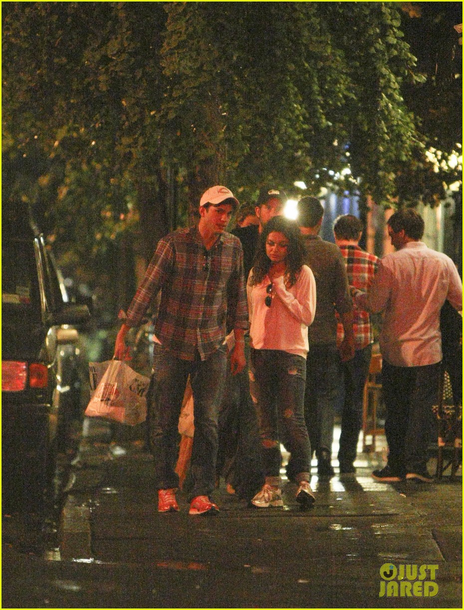 mila kunis ashton kutcher kiss date night 05