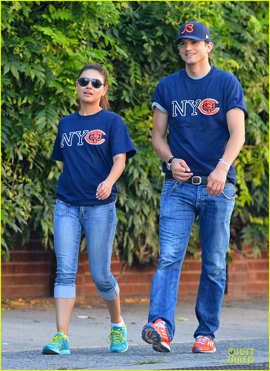 ashton kutcher mila kunis chicago bears couple 06