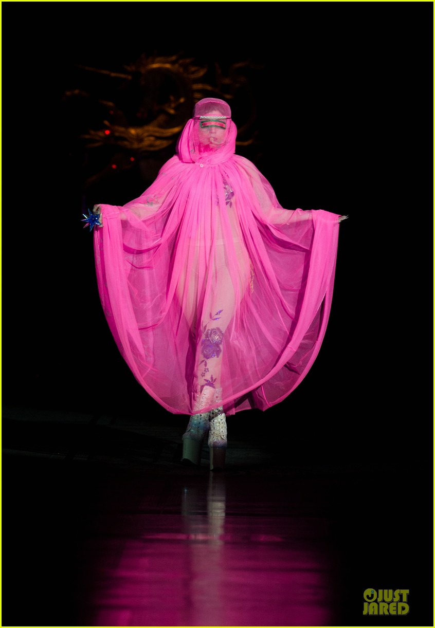 lady gaga philip treacy fashion show new 15