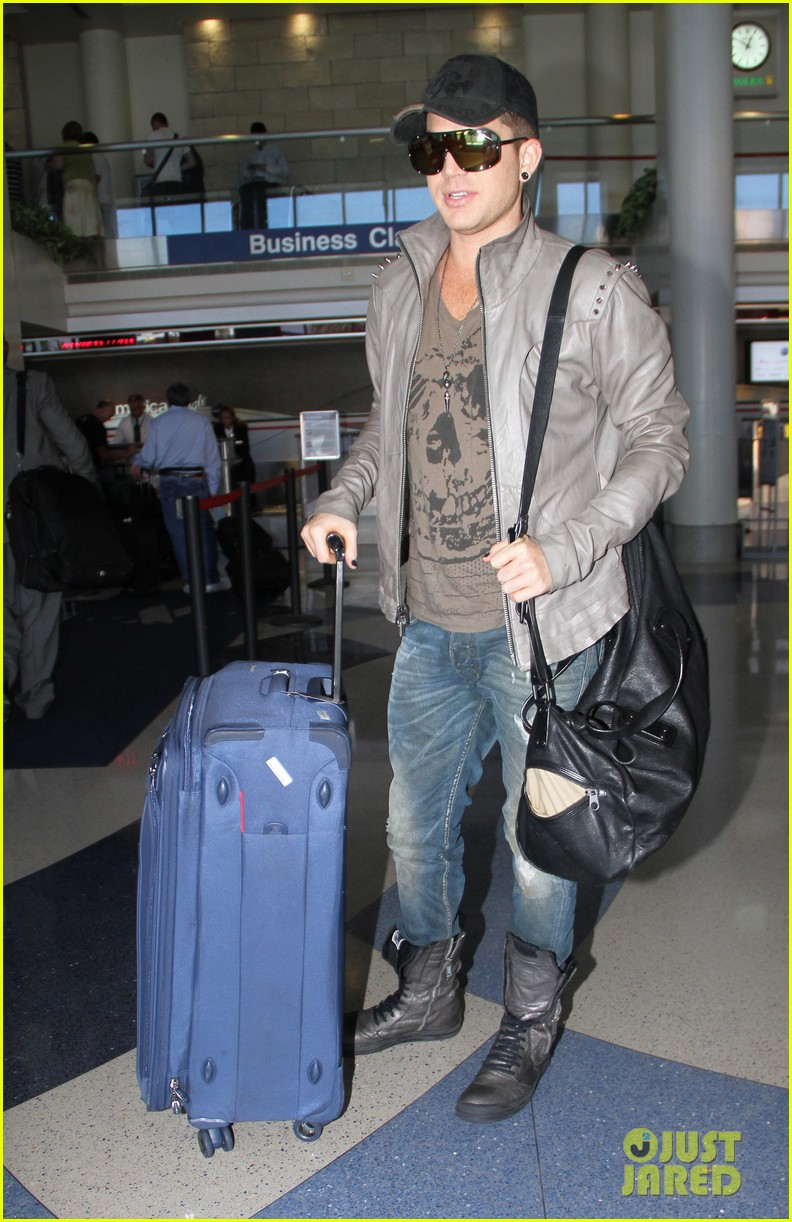 adam lambert catches flight 03