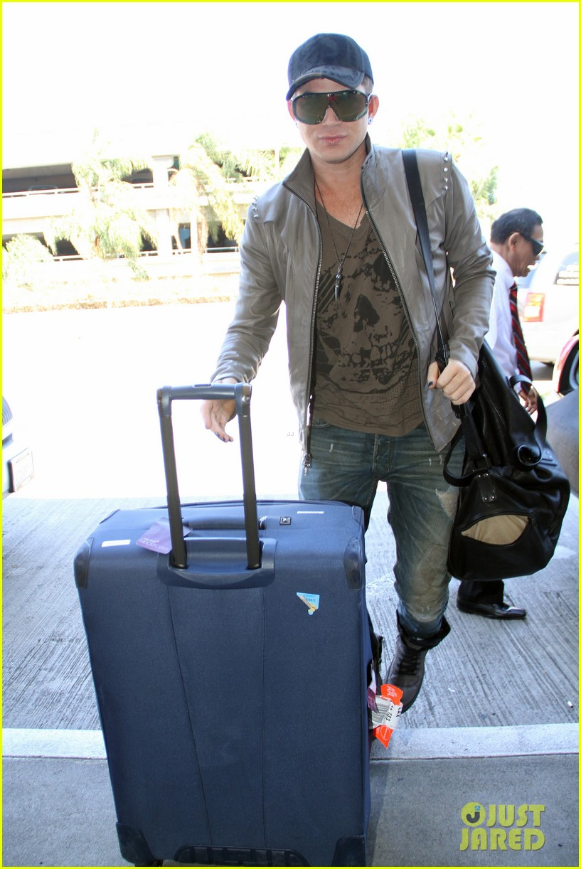 adam lambert catches flight 05