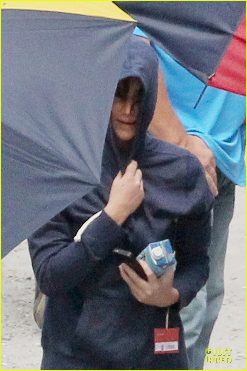 jennifer lawrence shirtless claflin catching fire set 02