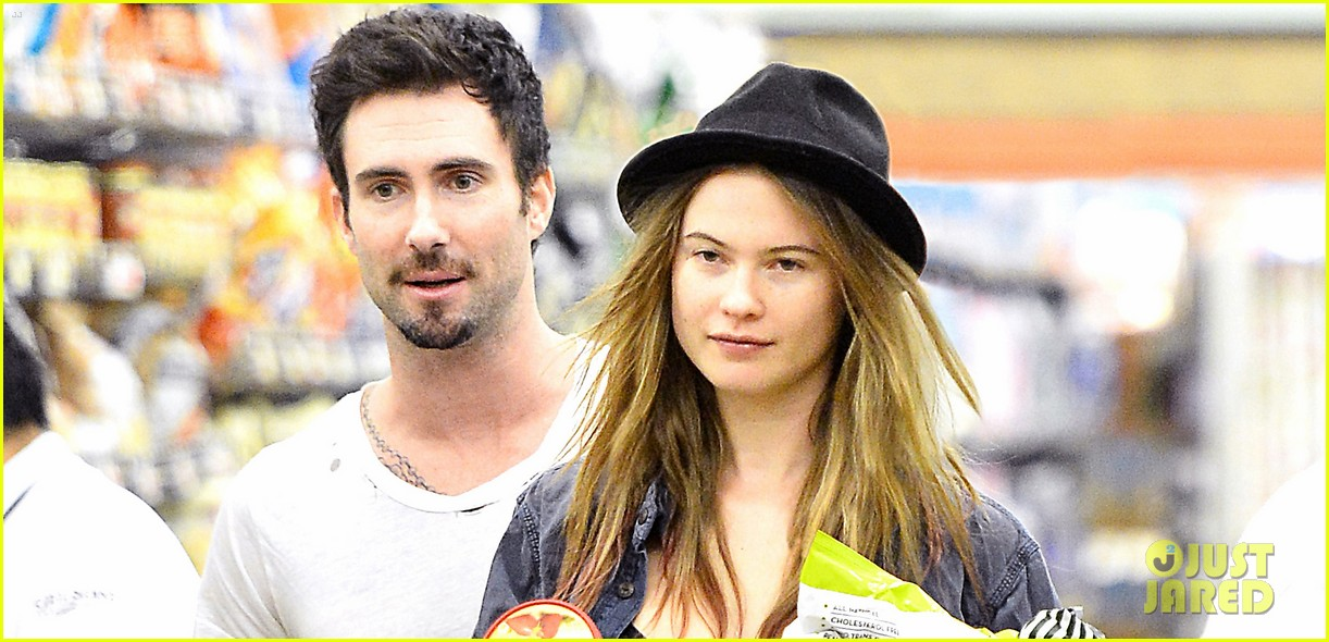 adam levine behati prinsloo stock up snacks 02