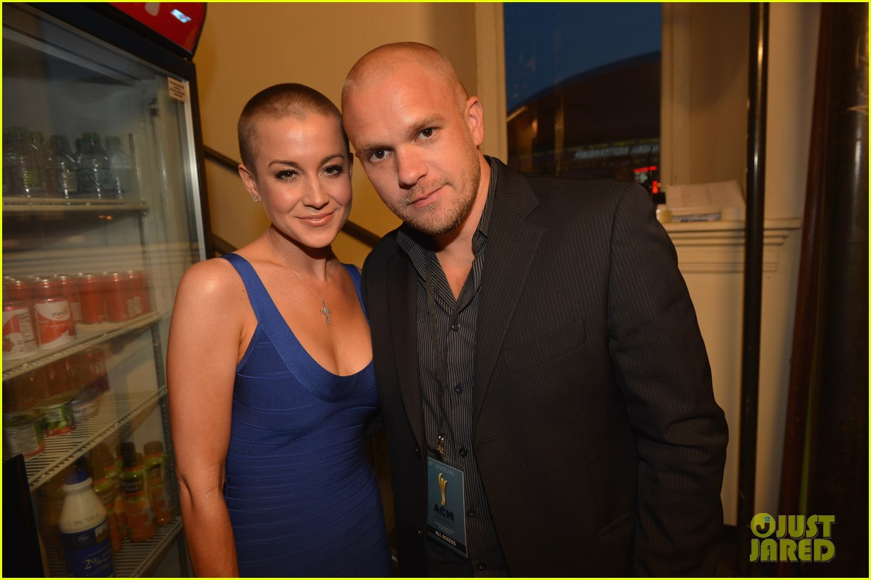 kellie pickler debuts shaved head at acm honors 10