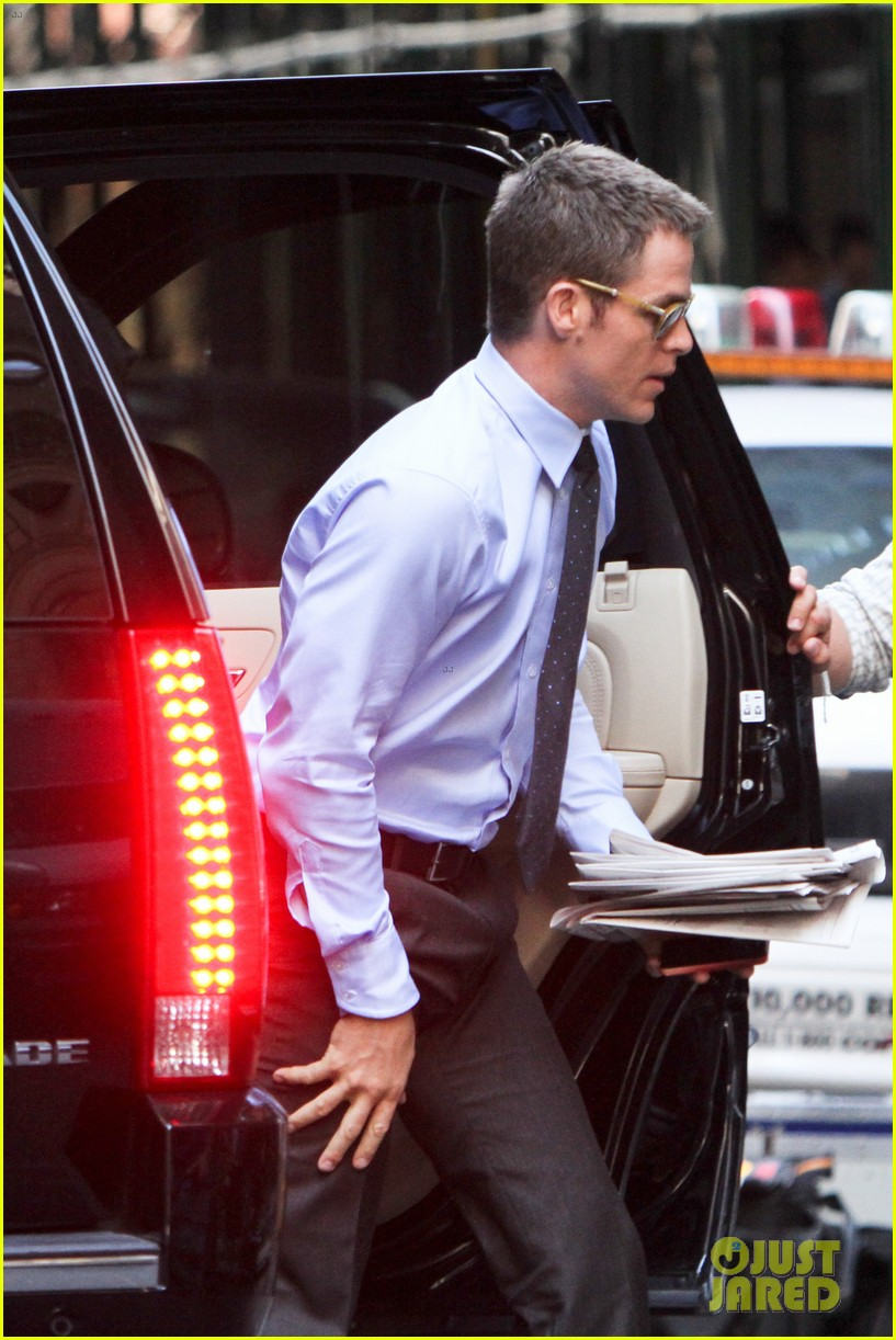 chris pine suits sweat for jack ryan reboot 14