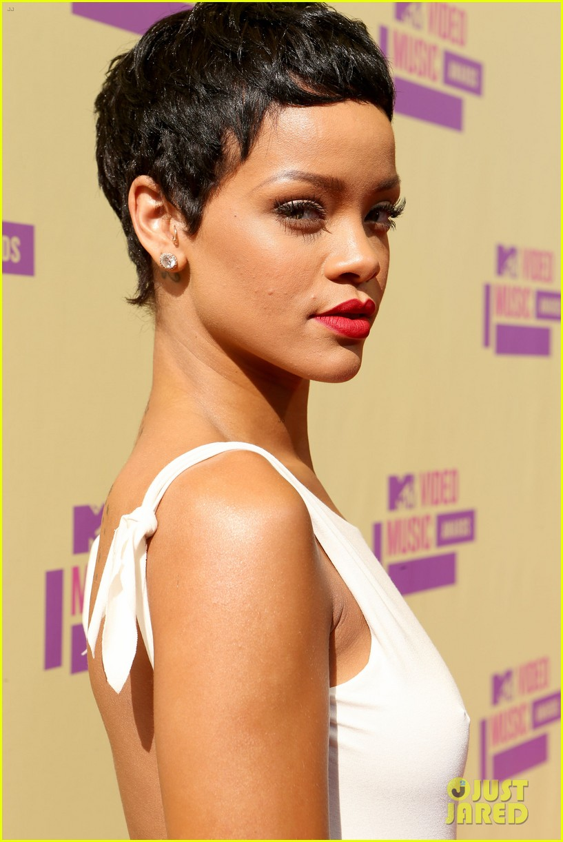 rihanna debuts new short hair on mtv vmas red carpet 02