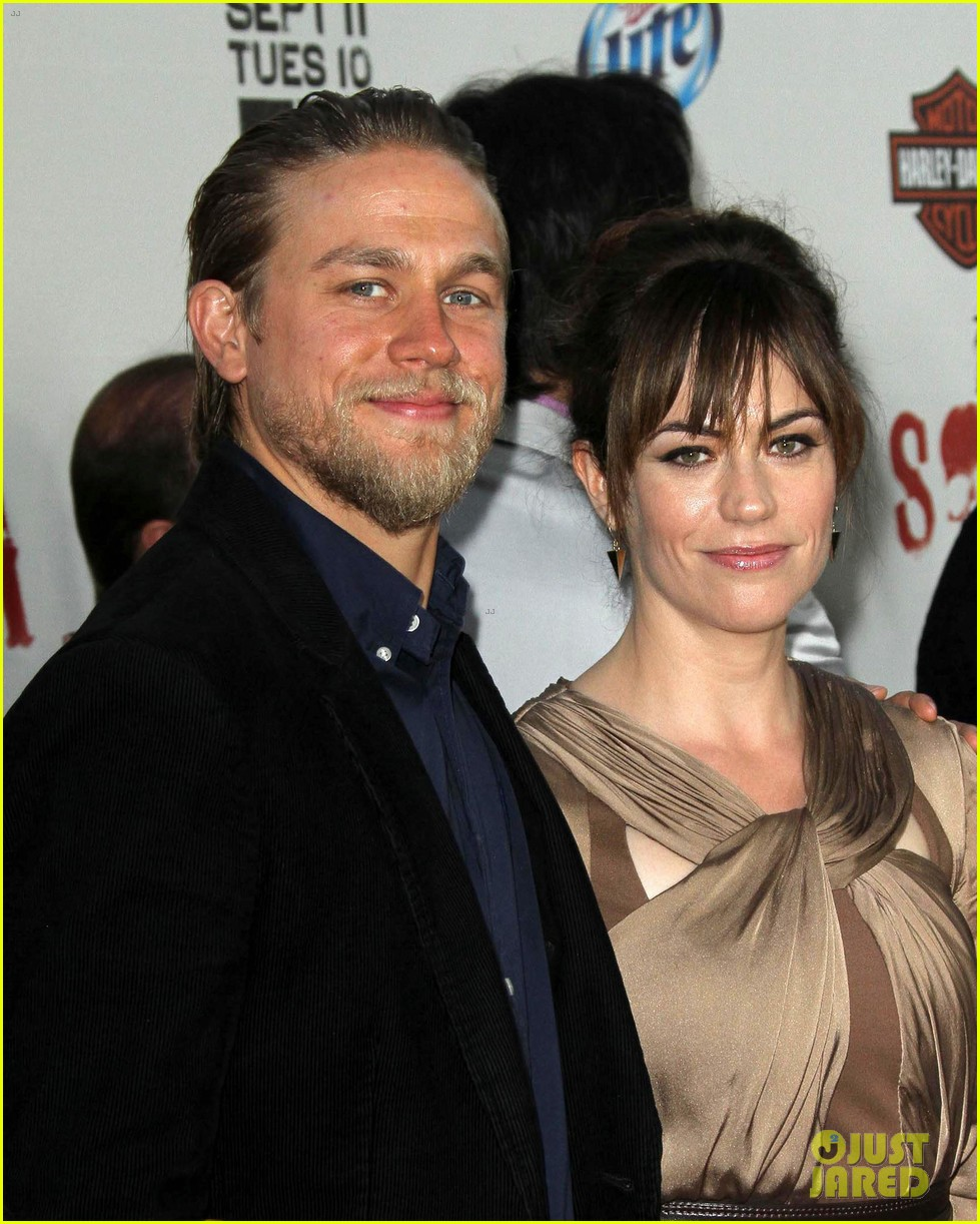 katey sagal charlie hunnam sons of anarchy premiere 02