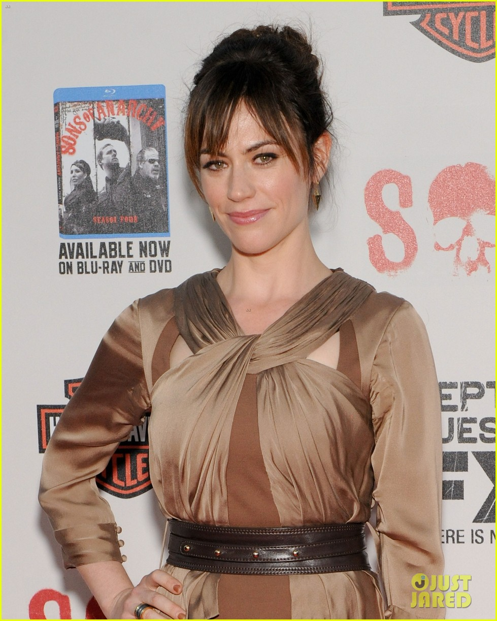 katey sagal charlie hunnam sons of anarchy premiere 07