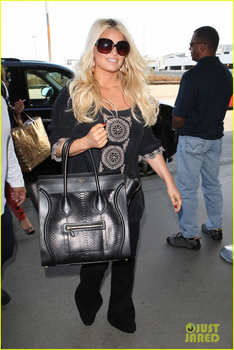 jessica simpson flies ashlee simpson hosts fiji event 01