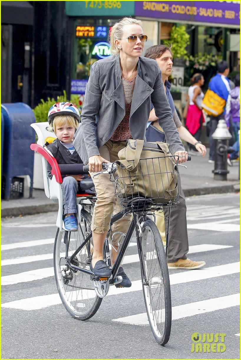 naomi watts liev schreiber biking kids 02