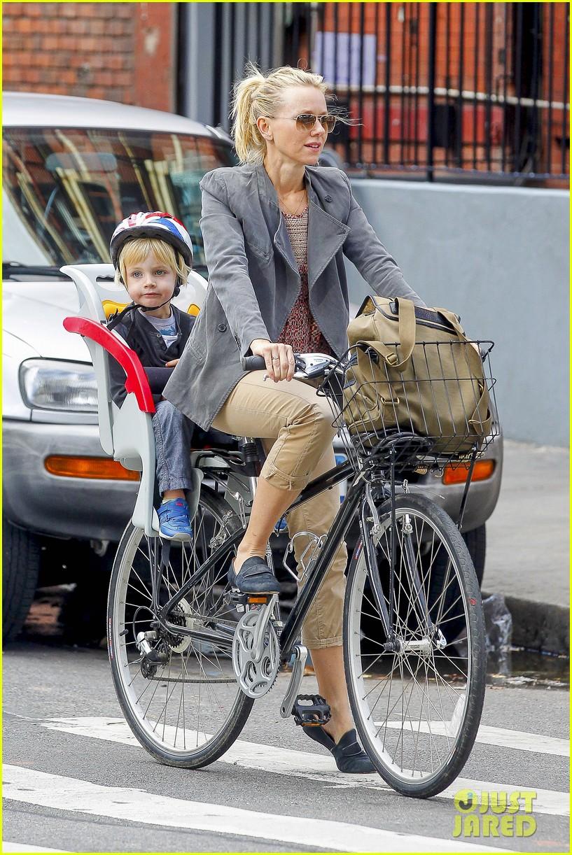 naomi watts liev schreiber biking kids 04