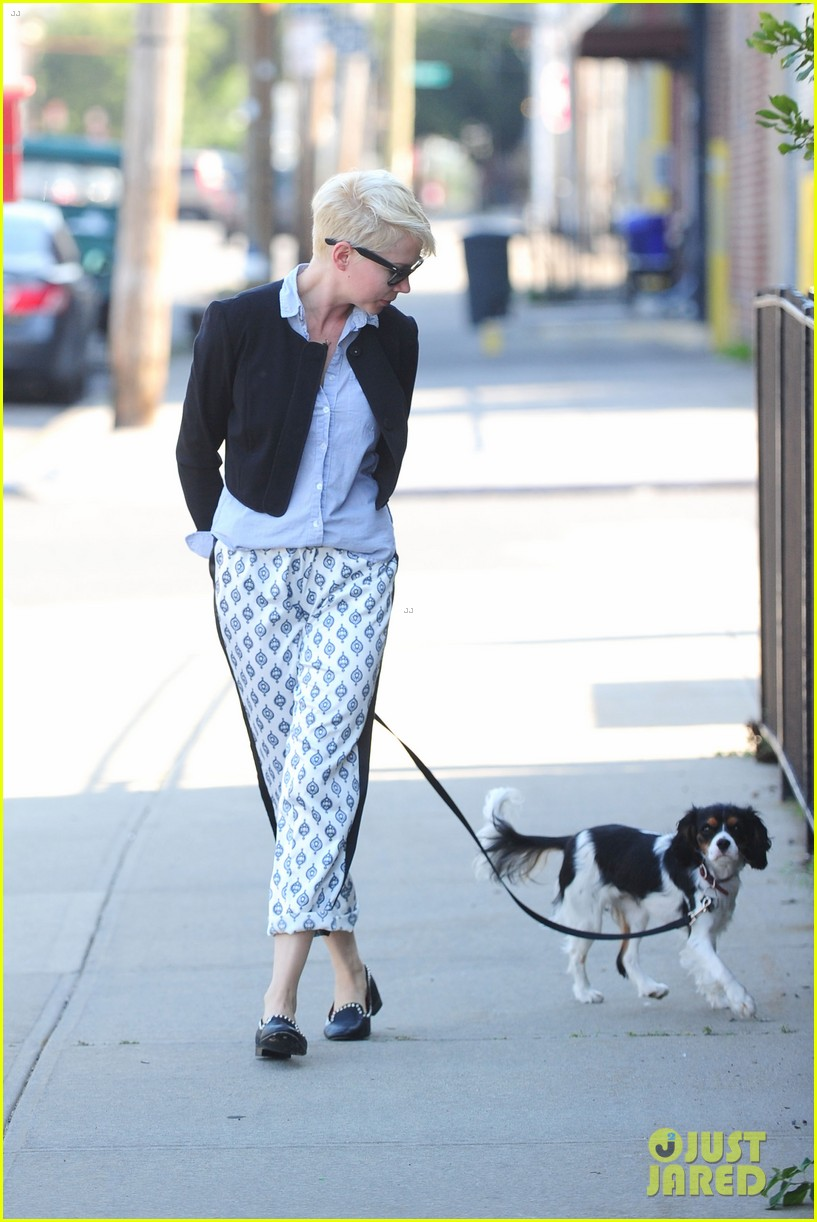 michelle williams walks lucky in oregon 04