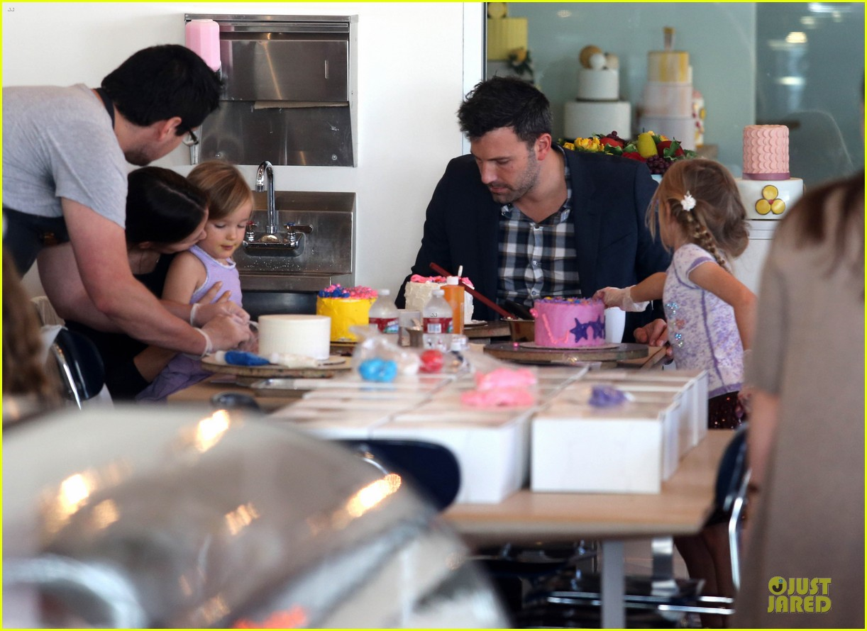 jennifer garner ben affleck make cake with the kids 092747223