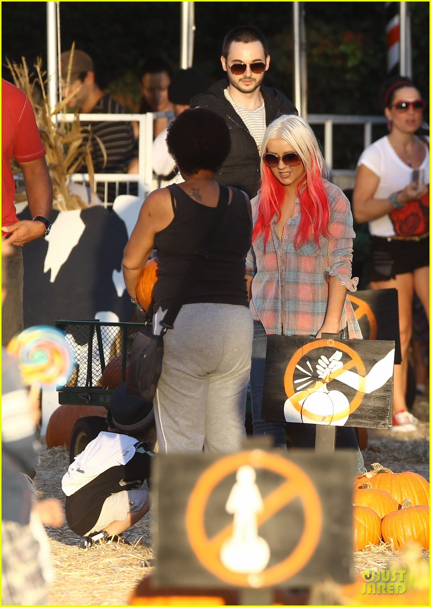 christina aguilera matthew rutler mr bones pumpkin patch with max 02