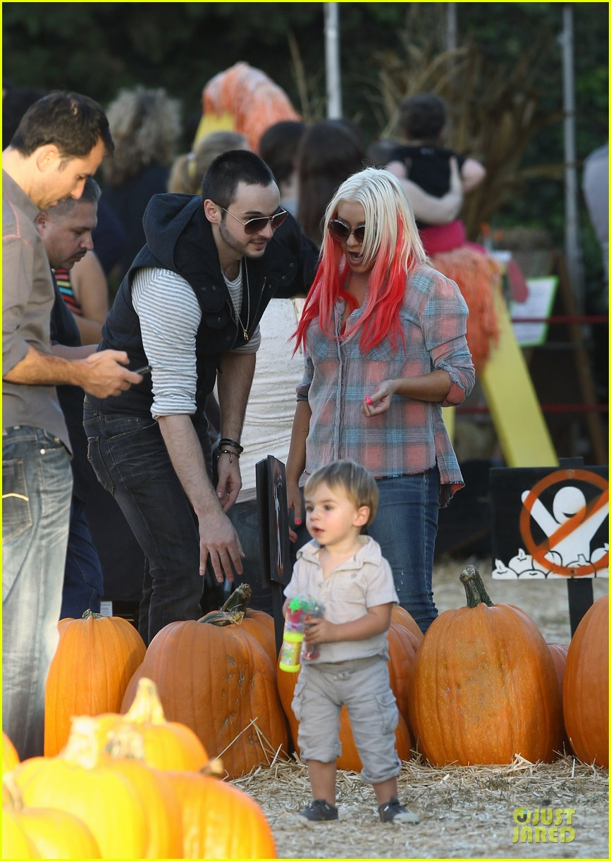 christina aguilera matthew rutler mr bones pumpkin patch with max 03