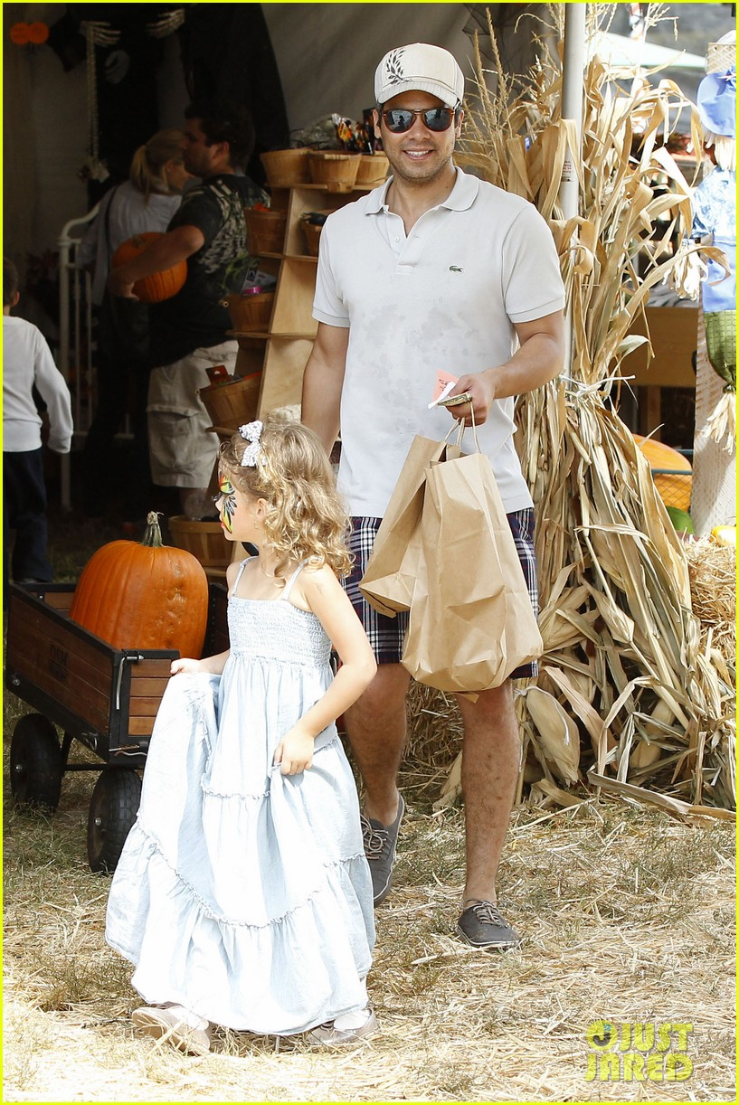 jessica alba cash warren pumpkin patch with the girls 16
