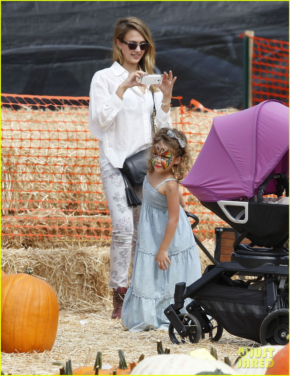 jessica alba cash warren pumpkin patch with the girls 18