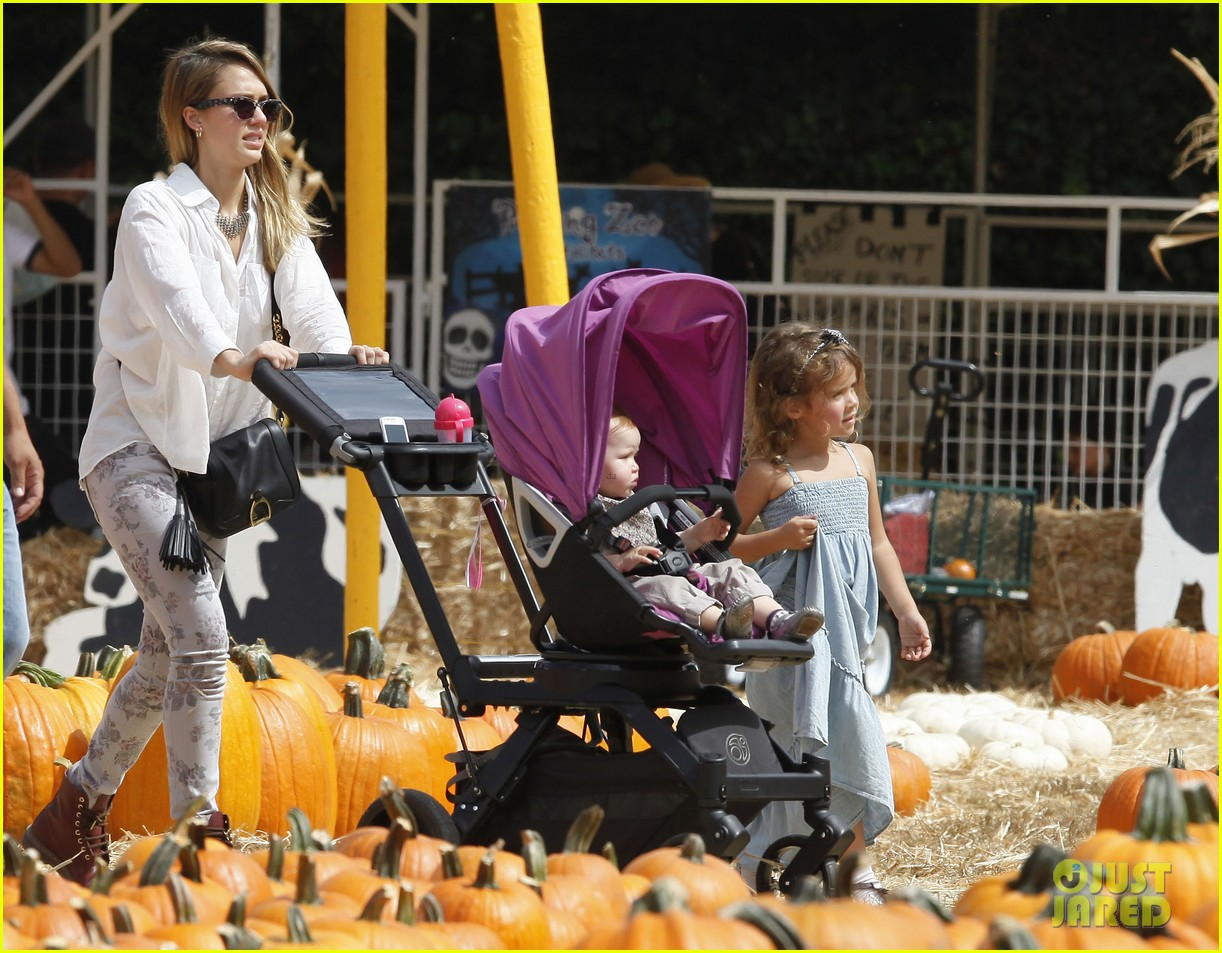 jessica alba cash warren pumpkin patch with the girls 19