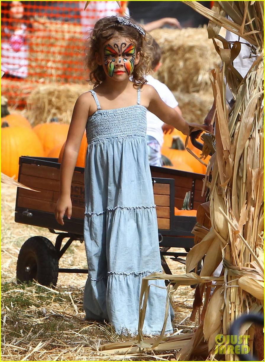 jessica alba cash warren pumpkin patch with the girls 24
