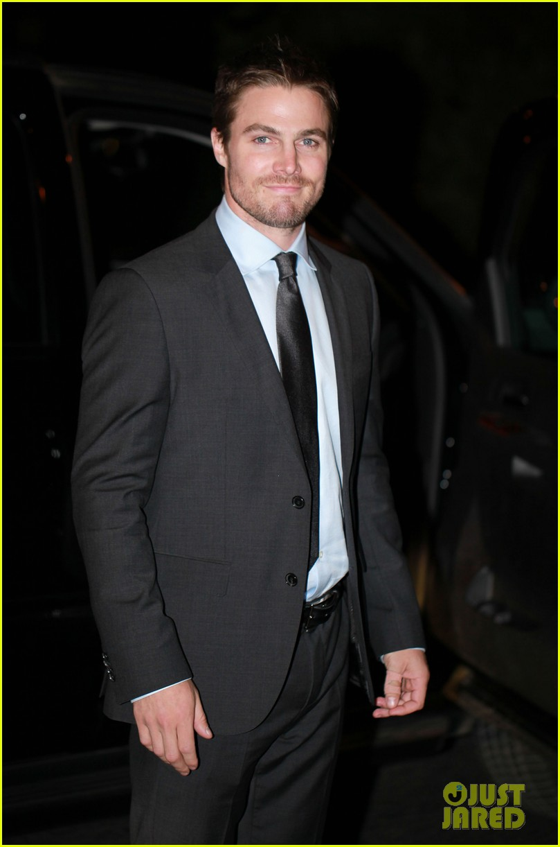 stephen amell arrow night scene 08