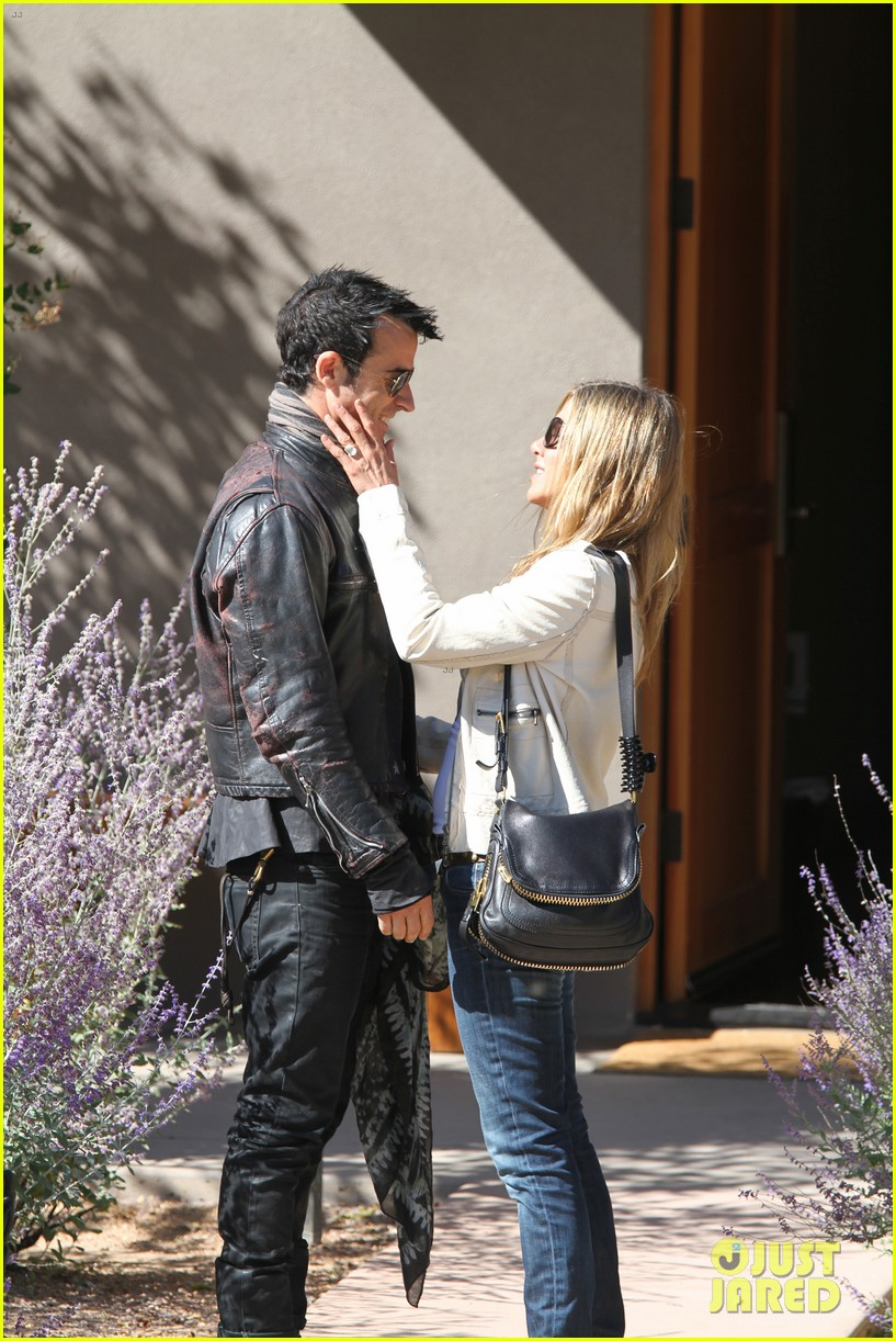 jennifer aniston flashes engagement ring with justin theroux 03