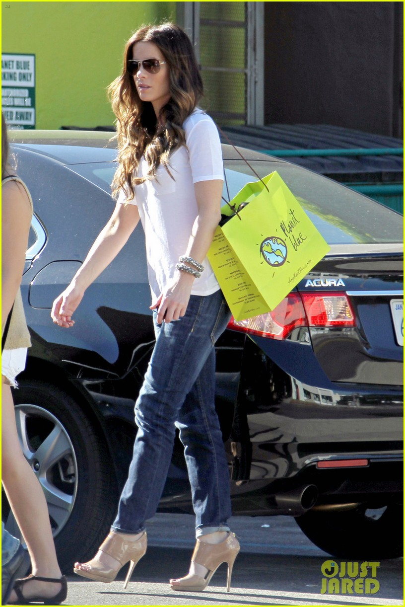 kate beckinsale planet blue shopper 03