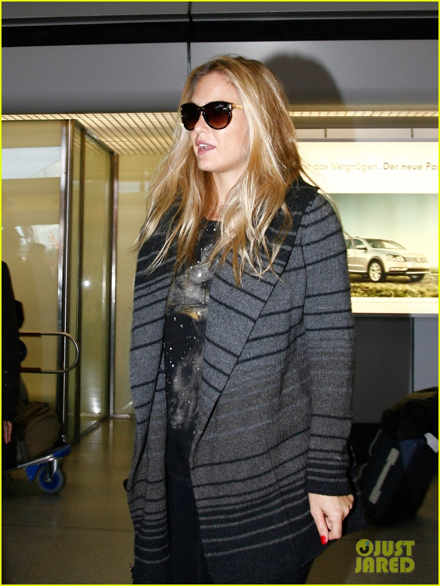 bar refaeli berlin shopping spree 03