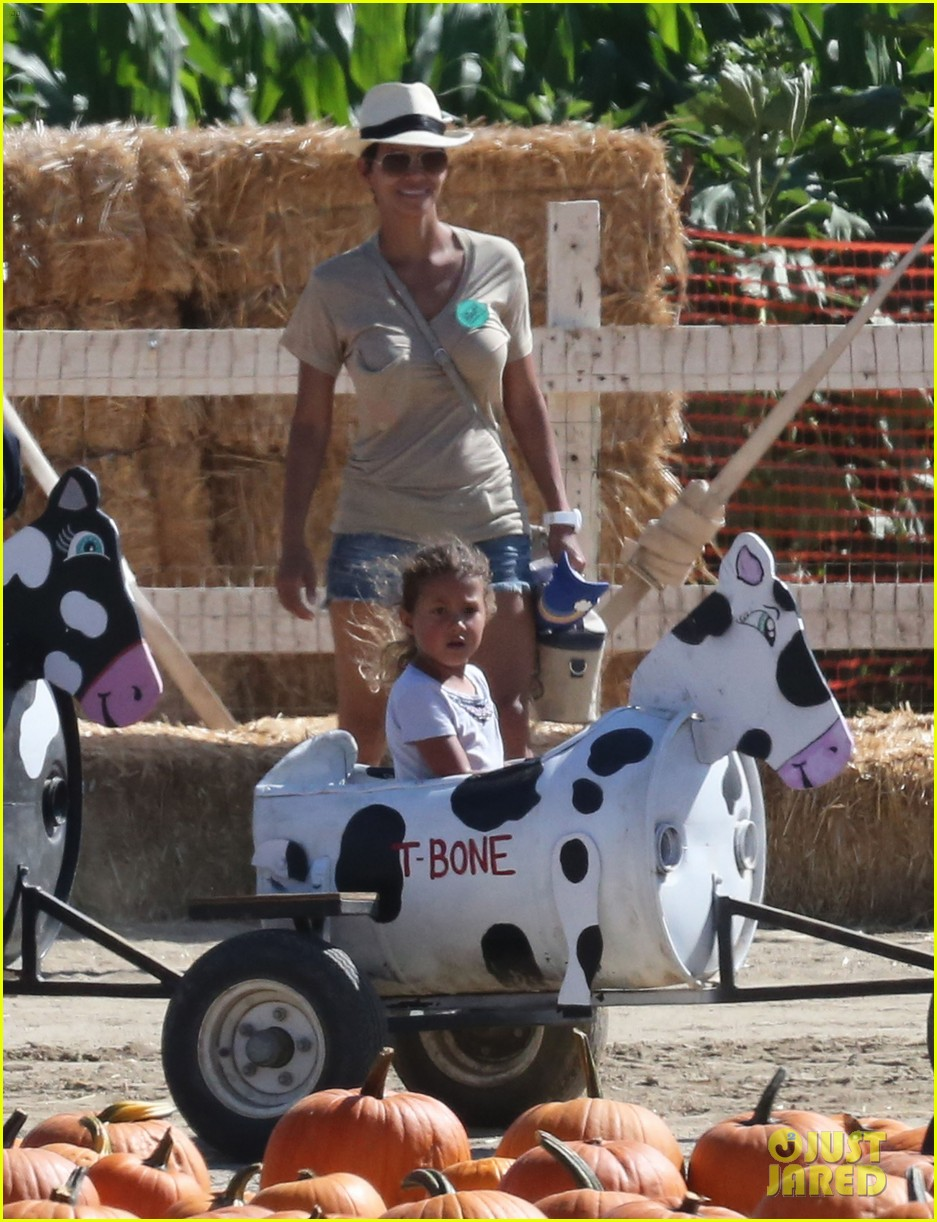 halle berry gabriel aubry pumpkin patch with nahla 052731333