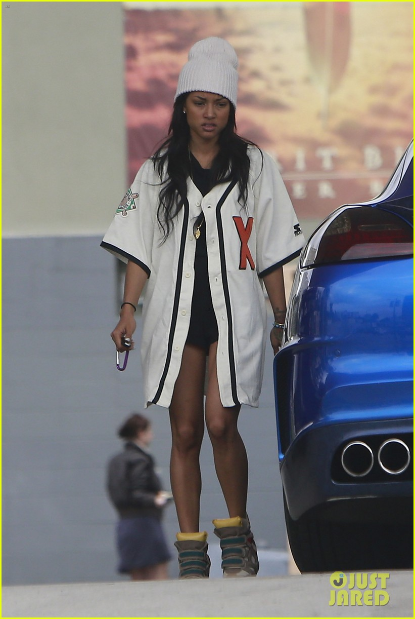 chris brown gas station stop with karrueche tran 01