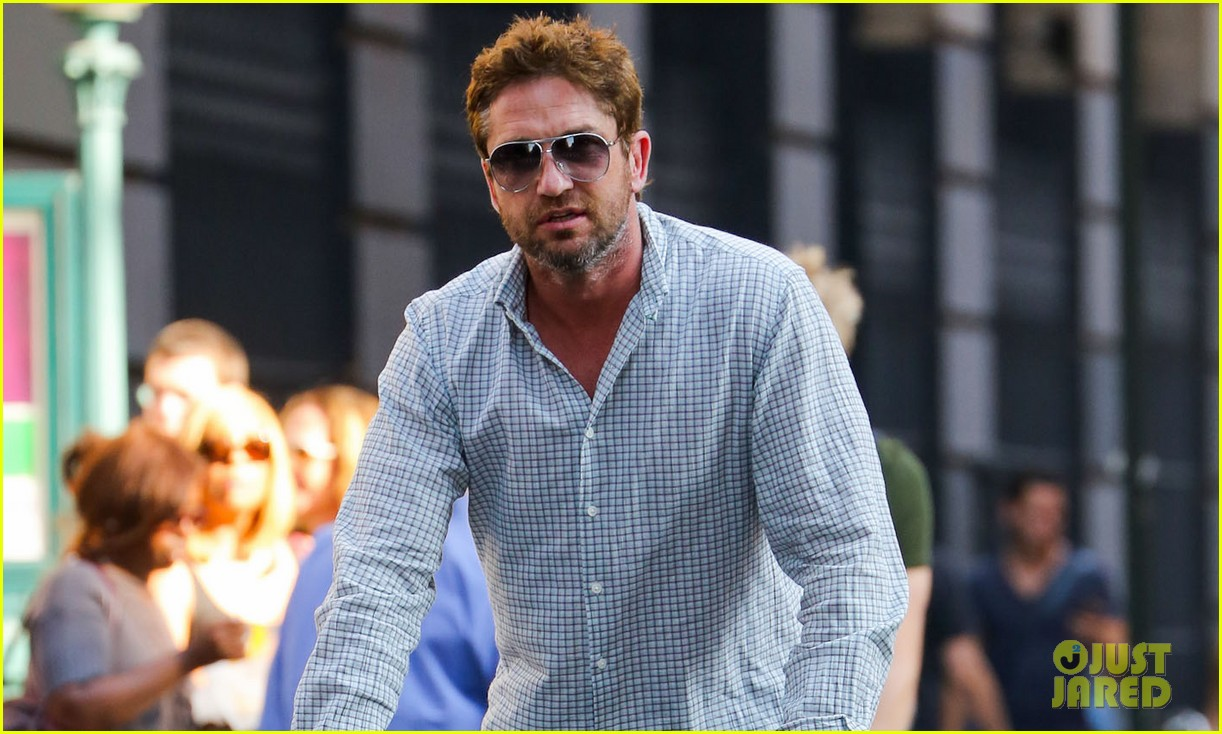gerard butler bike ride with pal 03