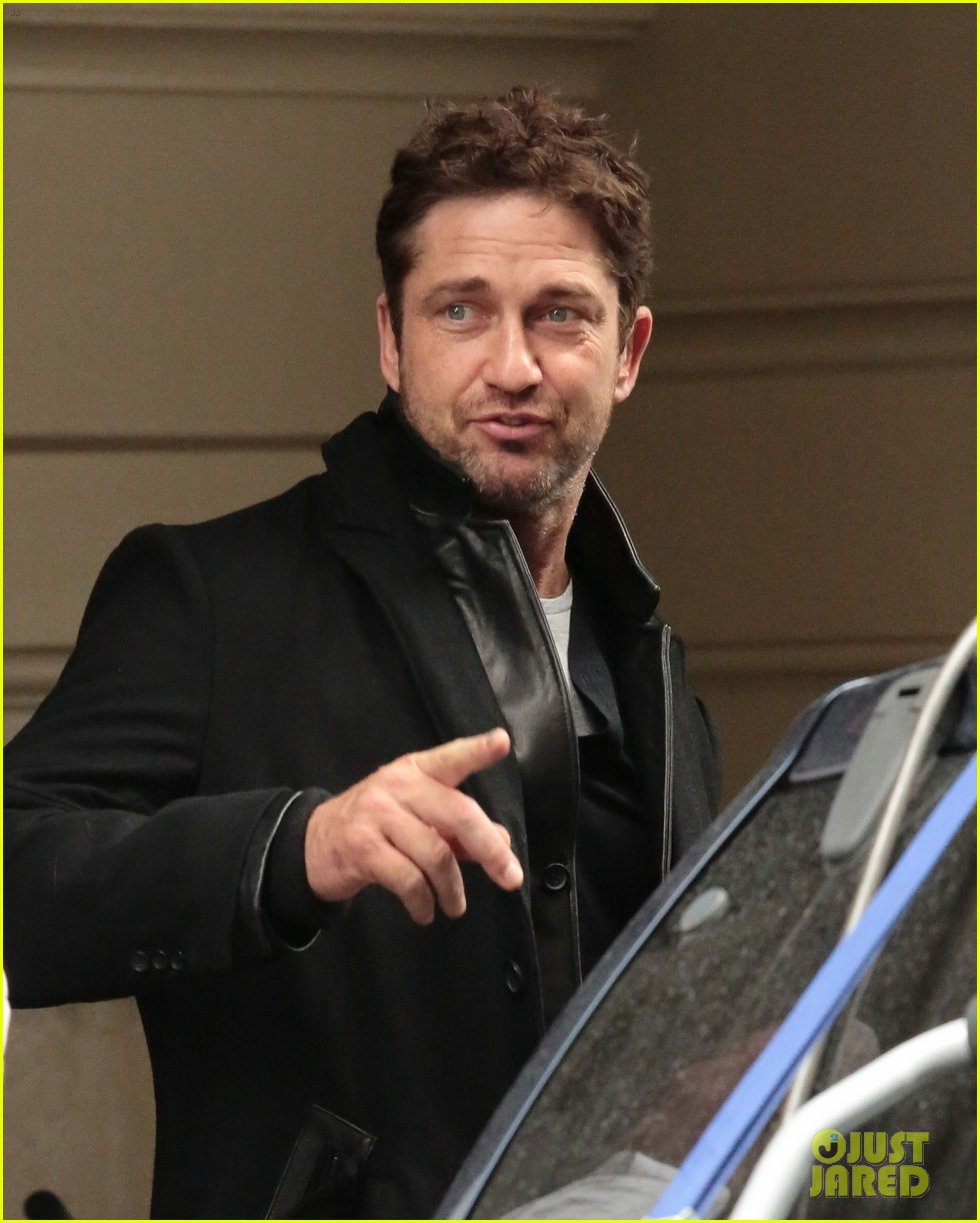 gerard butler good looks praised by jon stewart 07