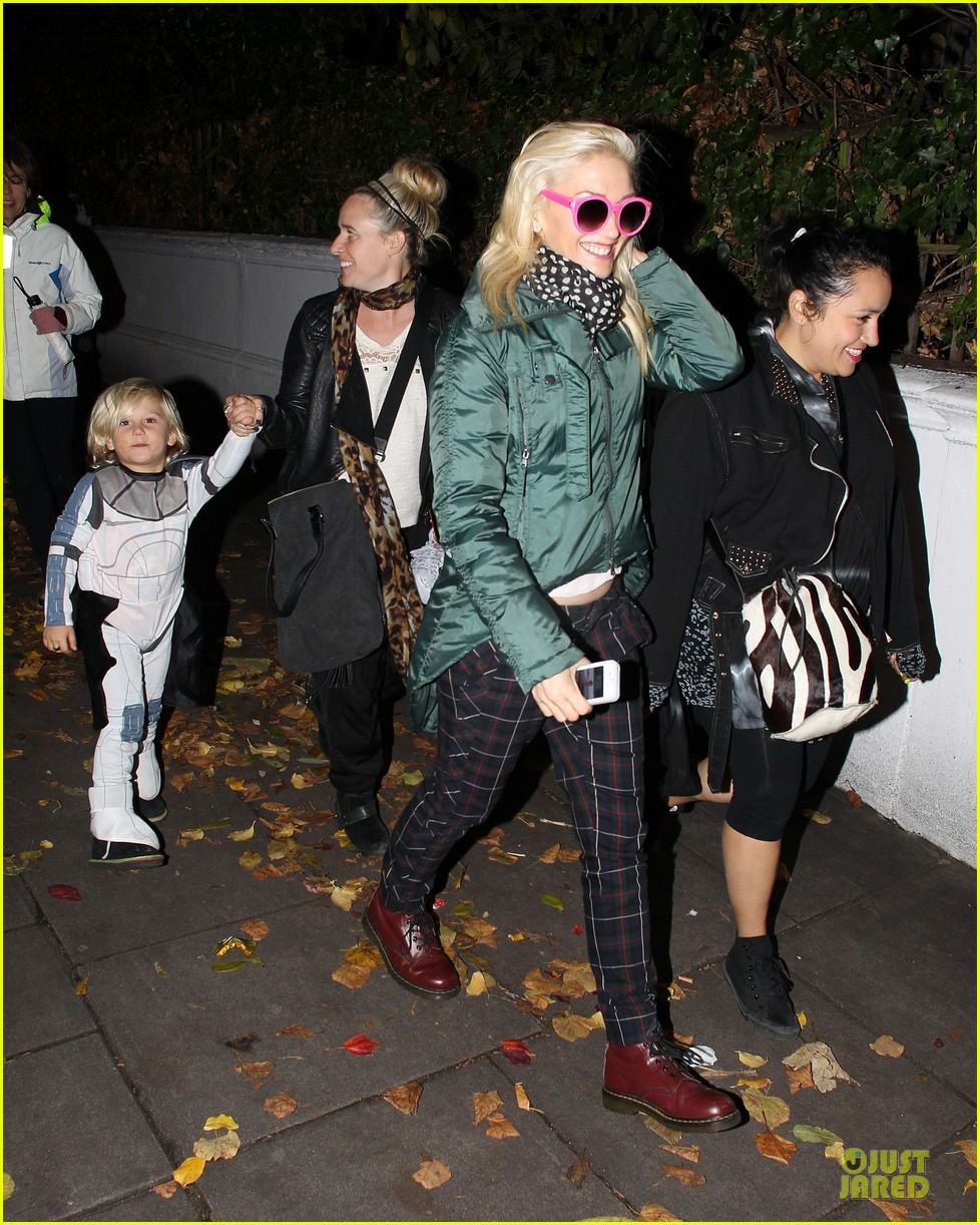 gwen stefani trick or threating with zuma 03