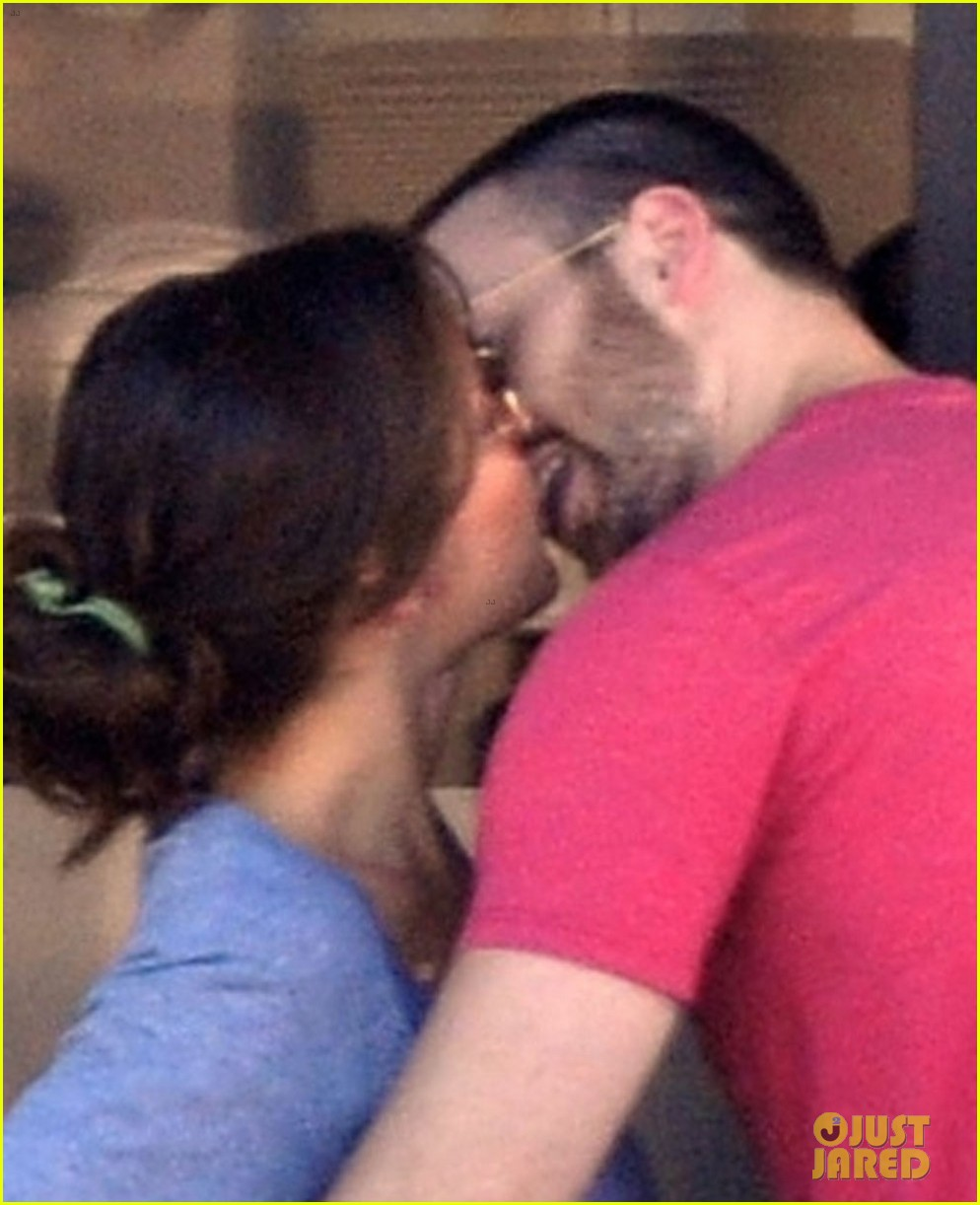 chris evans minka kelly kiss over tacos 02