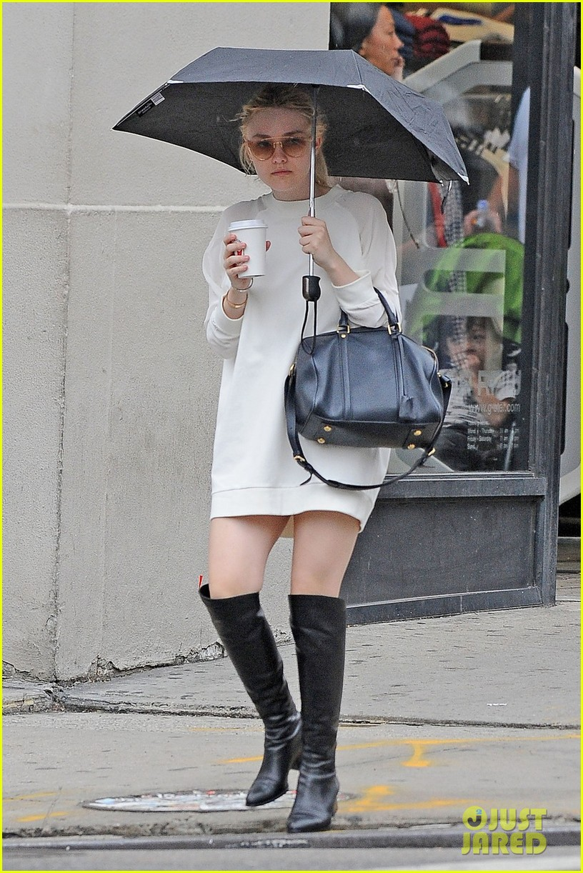 dakota fanning rainy day coffee run 03
