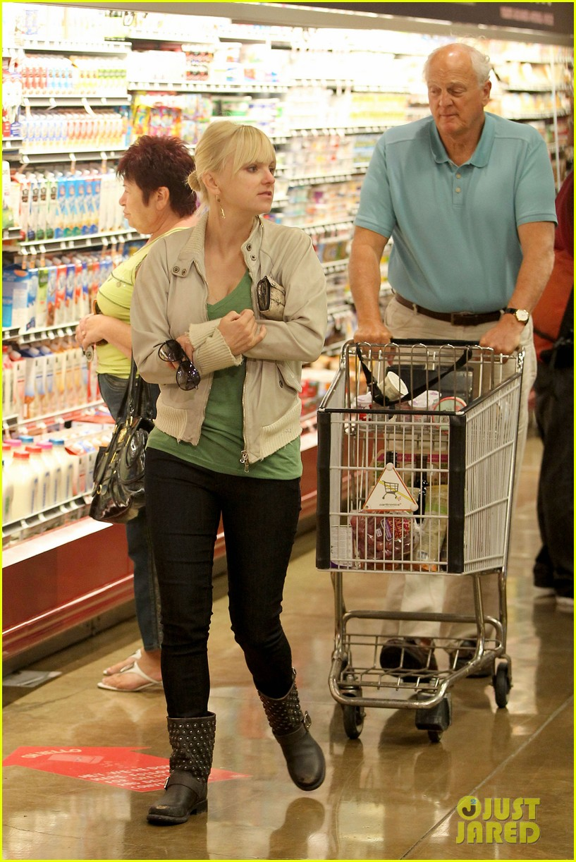 anna faris grocery shopping dad 02