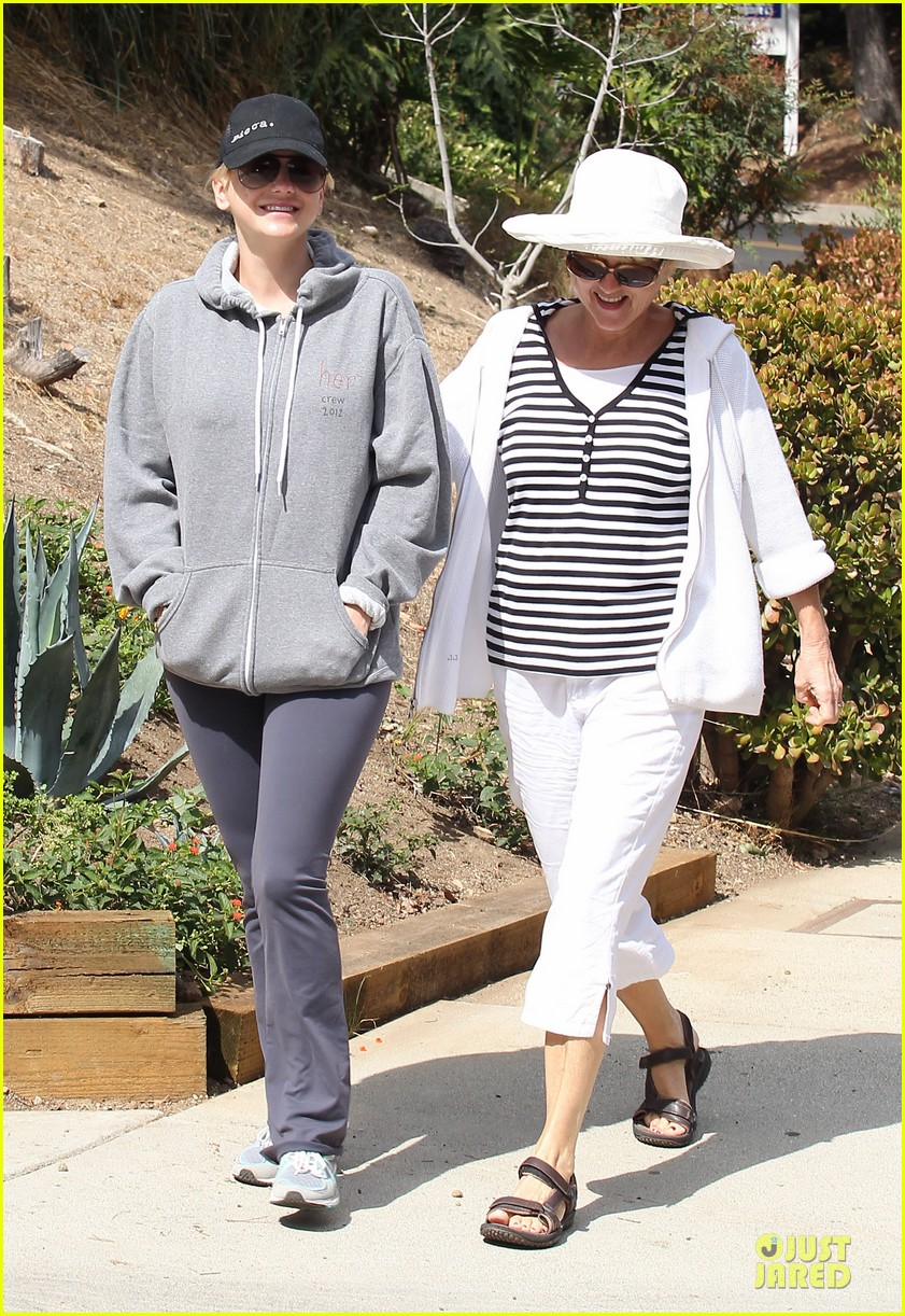 anna faris hollywood stroll with mother karen 05