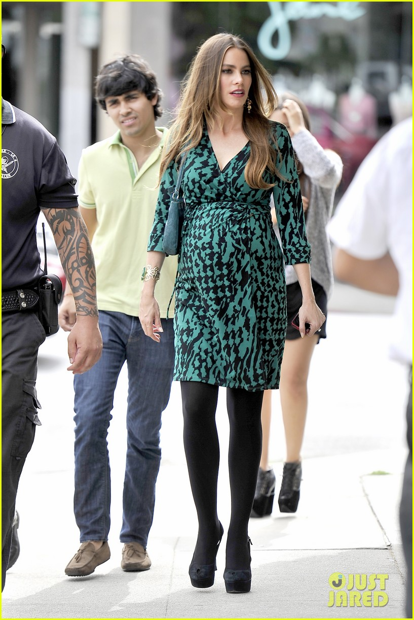 sofia vergara modern family filming before jesse tyler fergusons birthday party 04