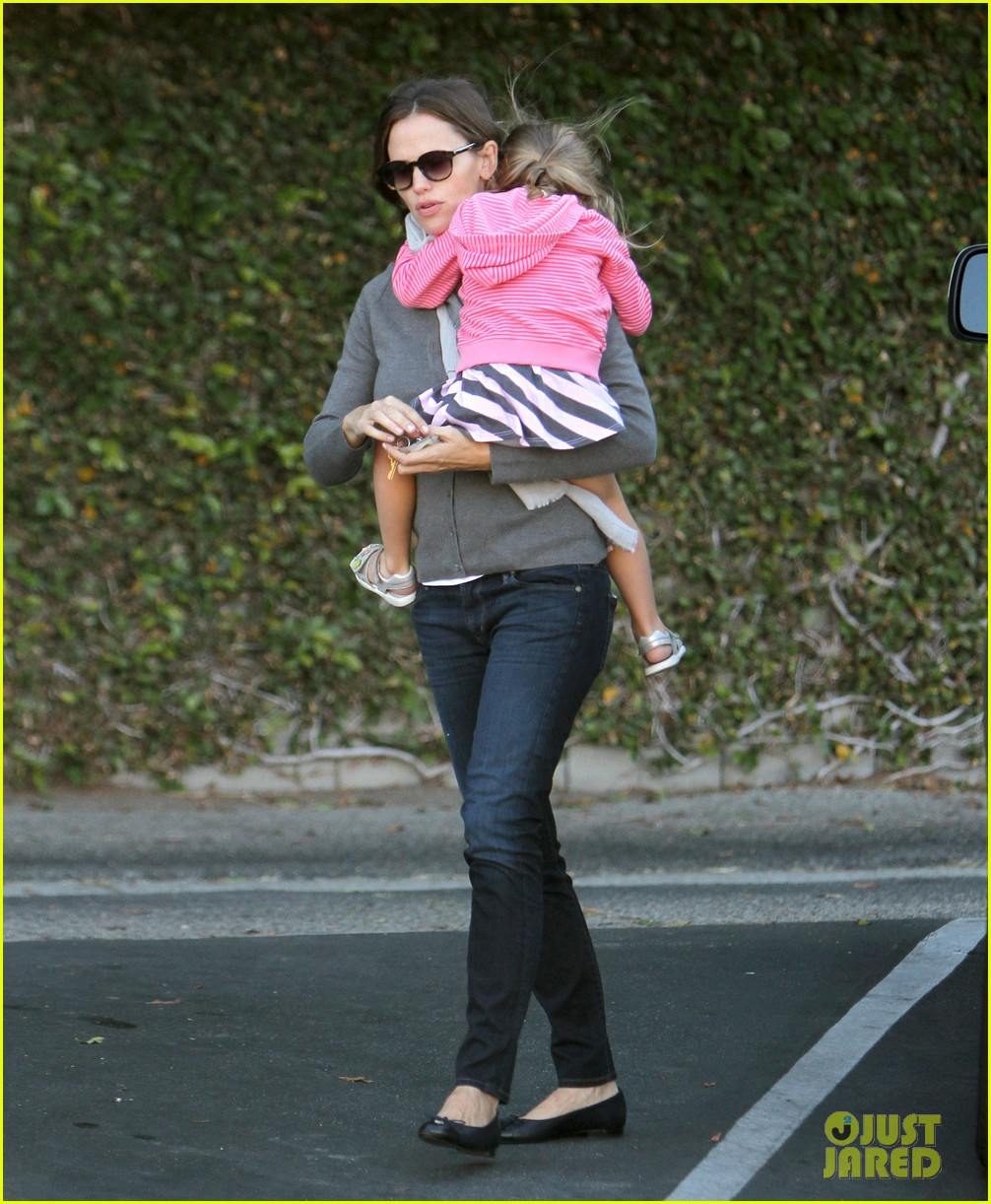 jennifer garner piggyback ride for seraphina 01