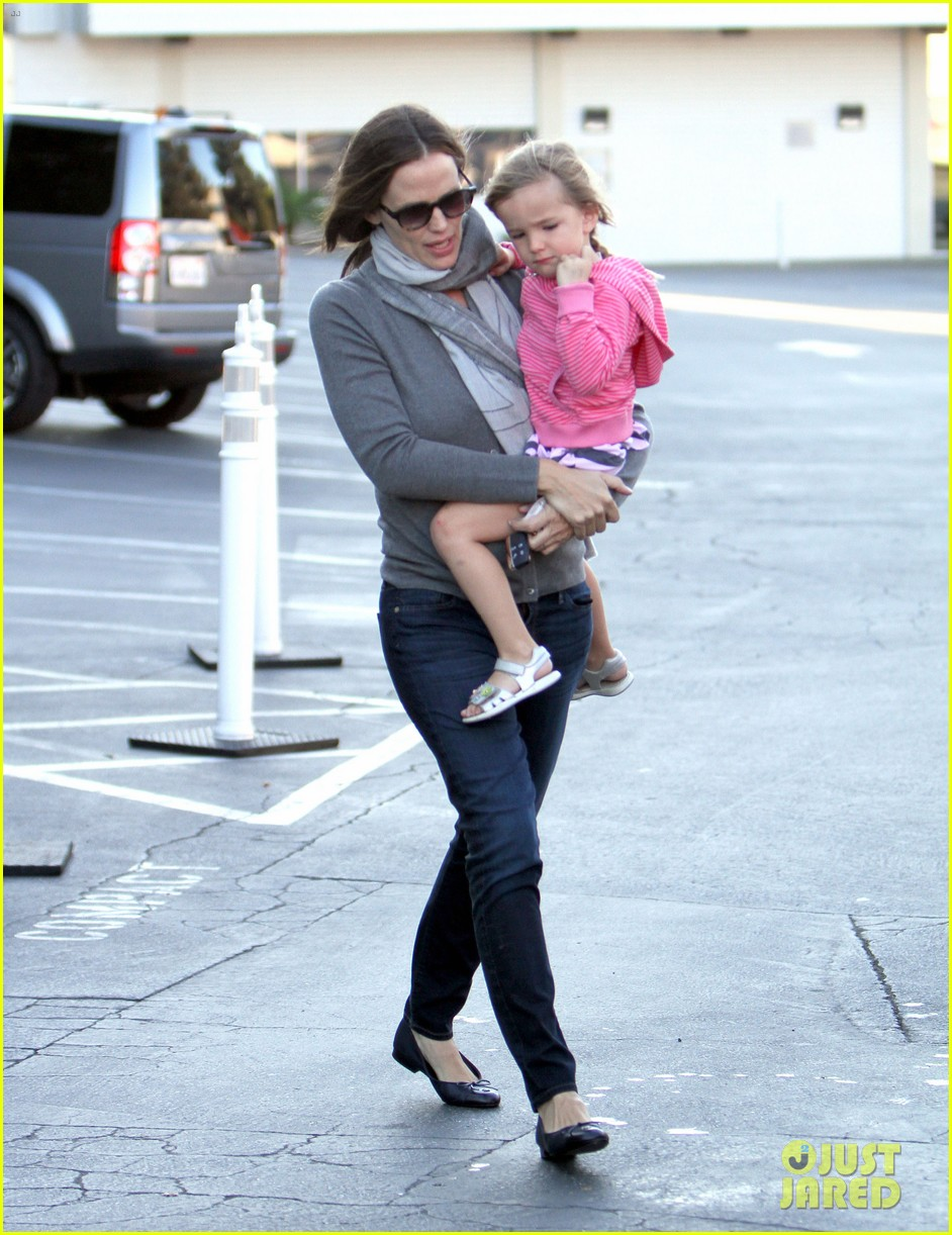 jennifer garner piggyback ride for seraphina 02