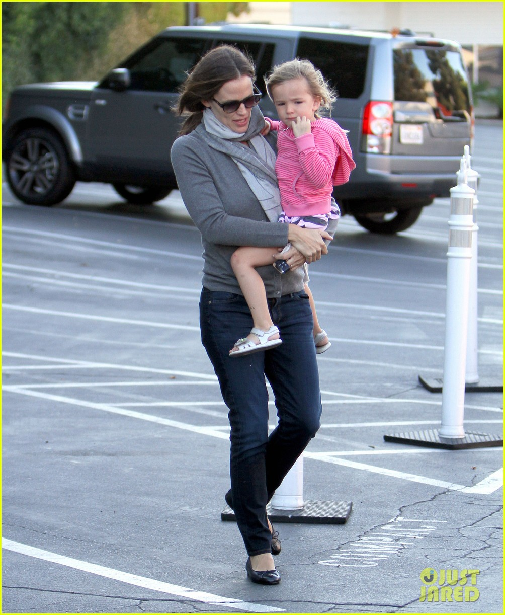 jennifer garner piggyback ride for seraphina 06