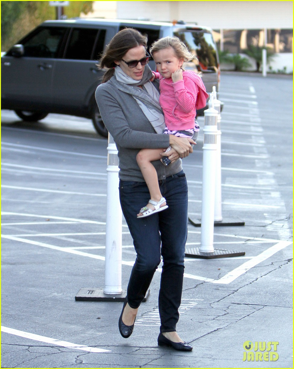 jennifer garner piggyback ride for seraphina 07